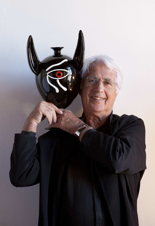 Cleto Munari con la sua reinterpretazione del vaso Veronese, 2012 (da Yourmurano: http://www.yourmurano.com/glassmagazine/it/2012/03/apres-veronese/ )