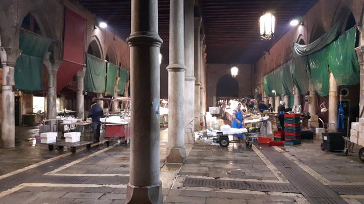 Venedig, Rialtomarkt, Fisch wird ausgestellt