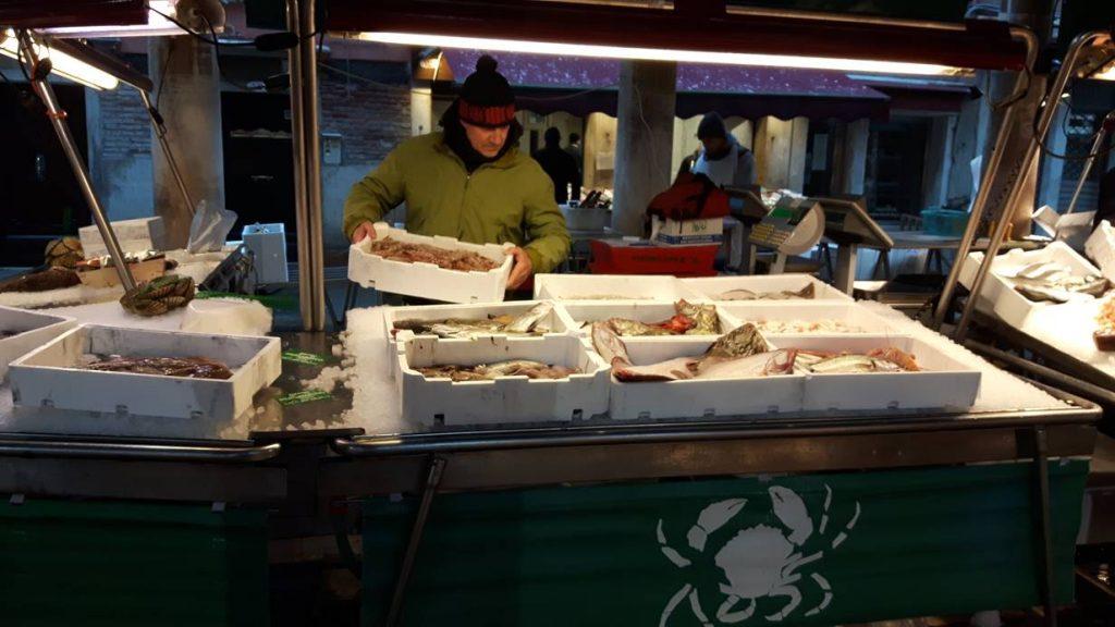 Venedig, Rialto Fischmarkt, letzte Kunstgriffe