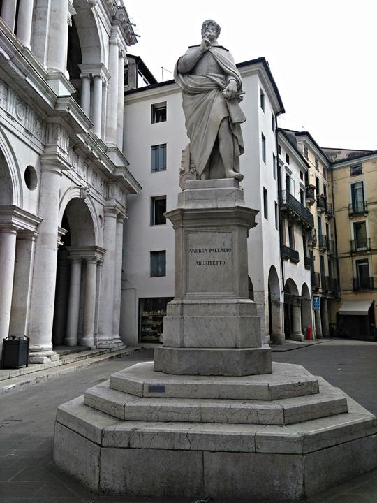 Vicenza, monumento ad Andrea Palladio in Piazzetta Palladio