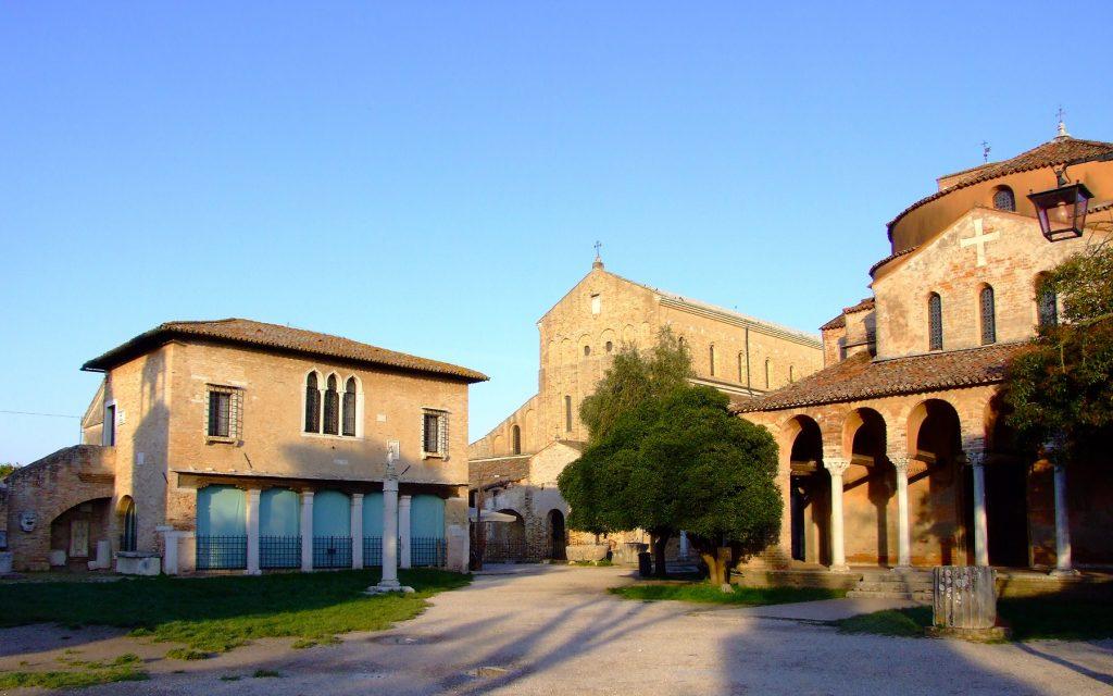 la deserta piazza di Torcello