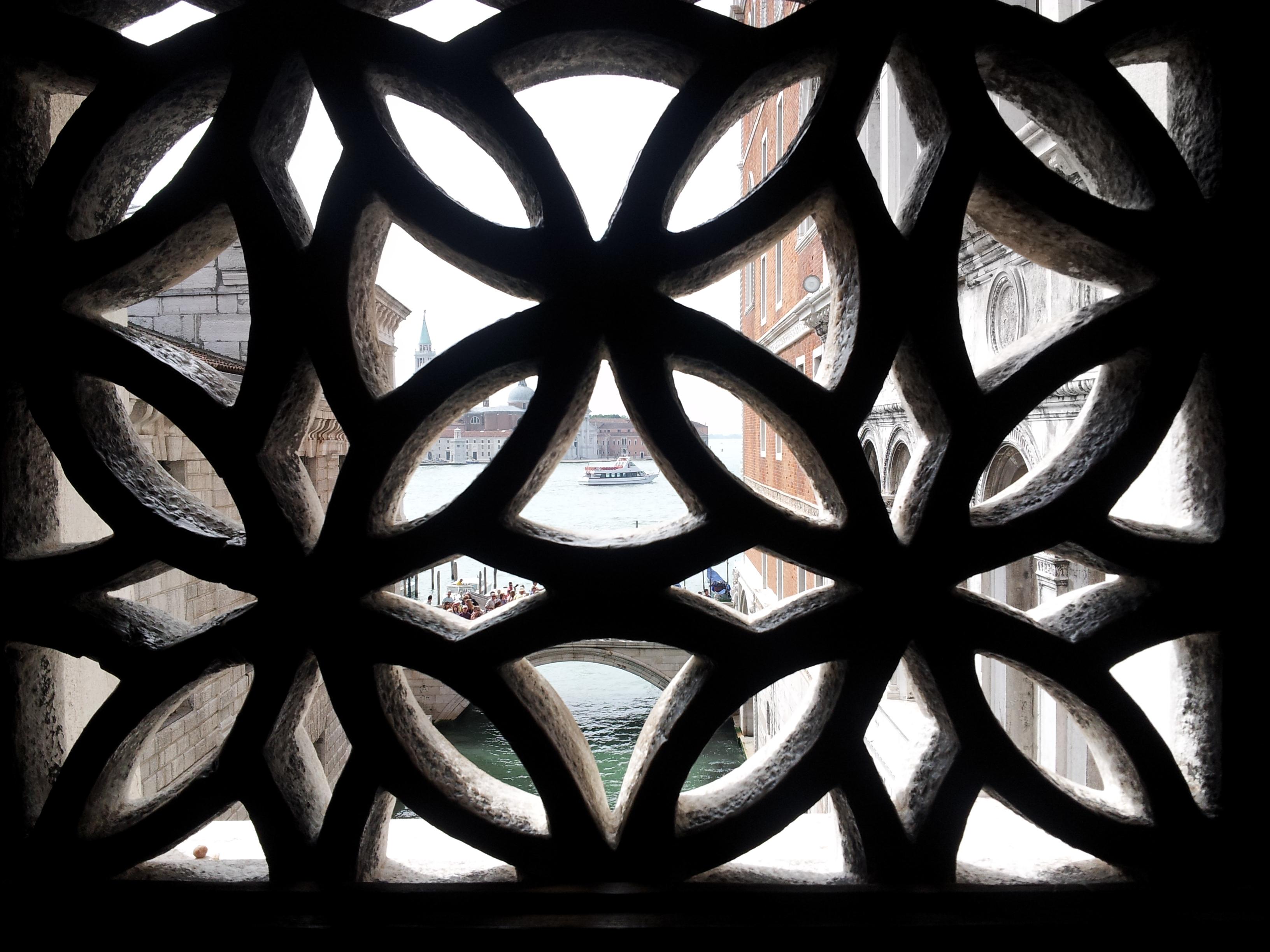 Dentro il ponte dei sospiri, palazzo ducale a Venezia