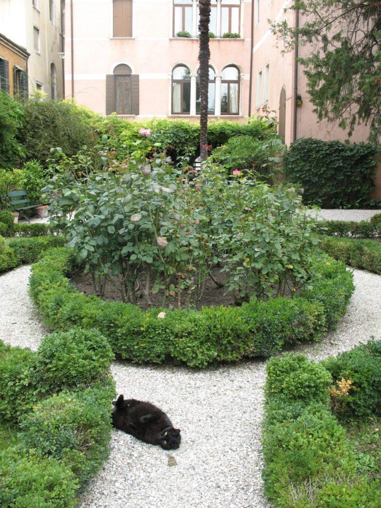 Der Nani-Lucheschi - Garten mit der hinteren Fassade des Palazzo