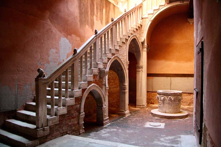 Ca' Centani: the courtyard of Casa Goldoni in Venice