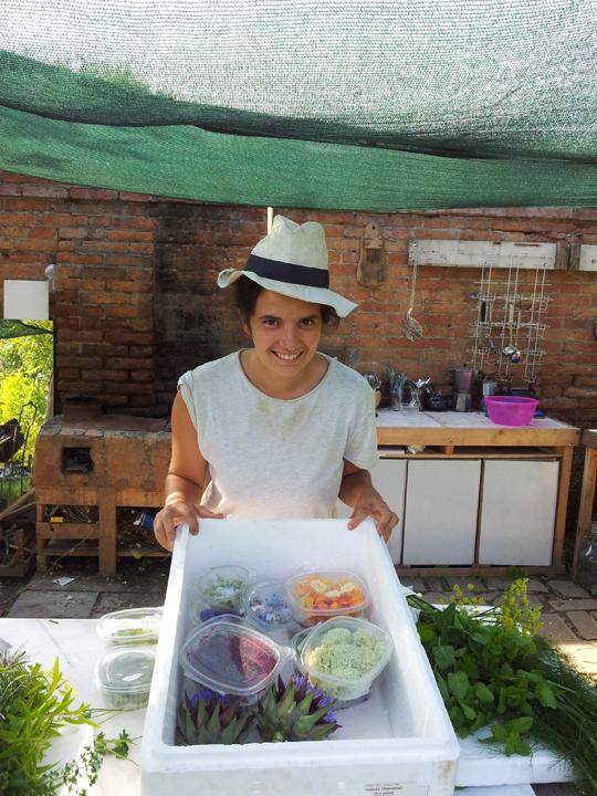 Alla Giudecca: un'aiutante di Michele Savorgnano con i prodotti dell'orto