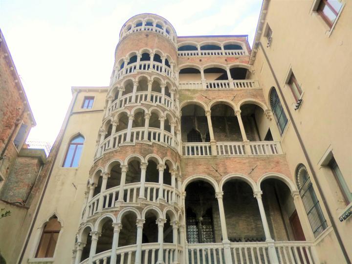 La celebre scala a chiocciola di palazzo Contarini del Bovolo, foto di Cinzia Maestrini