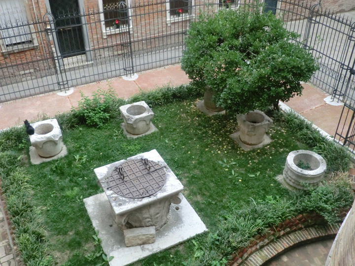 detail of the garden and the wellheads of the Palazzo Contarini - photo by Cinzia Maestrini