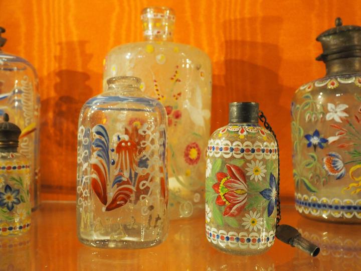 Venezia, Museo di palazzo Mocenigo, antiche boccette di profumo in vetro