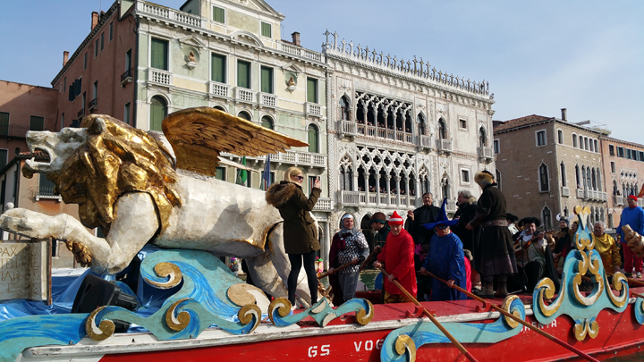 The peata with musicians and mayor on the Grand Canal 2017