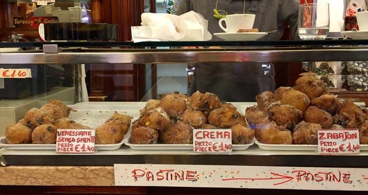 Vetrina nella pasticceria Rizzardini a Venezia con varie frittelle