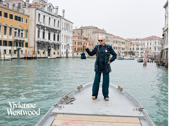 Vivienne Westwood su una barca veneziana lungo il Canal Grande