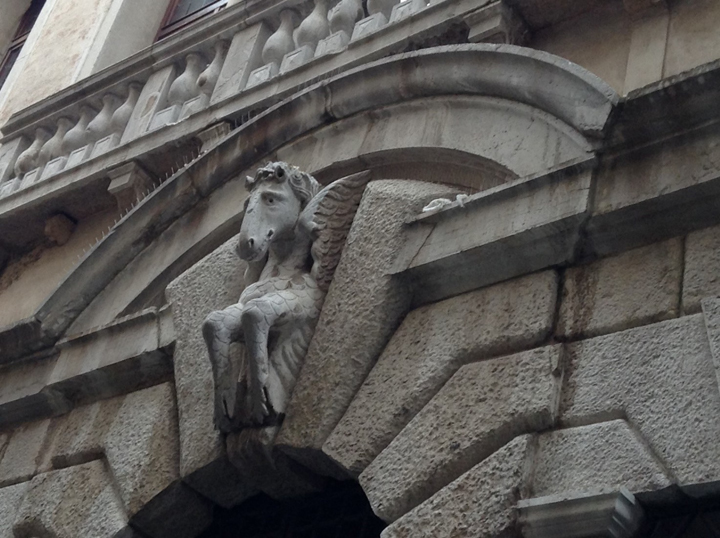 Cavallo alato su arco di volta di palazzo veneziano