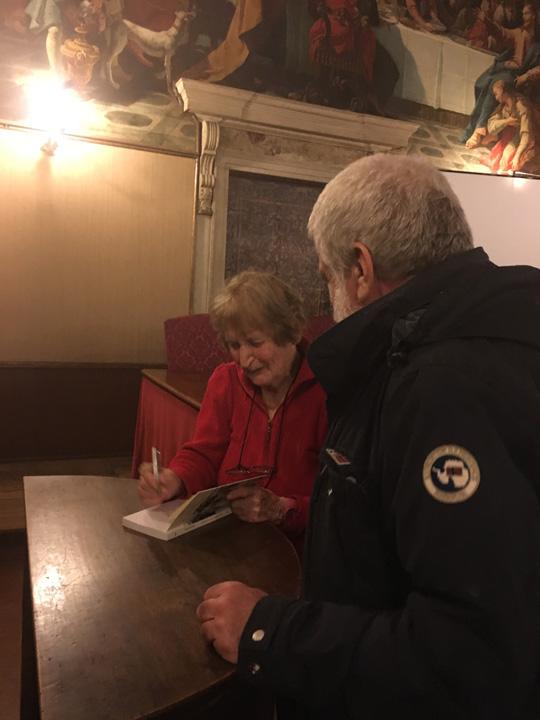 Serena D'Arbela firma una copia del suo libro a un lettore illustre nella sala Tommaso dell'Ateneo Veneto
