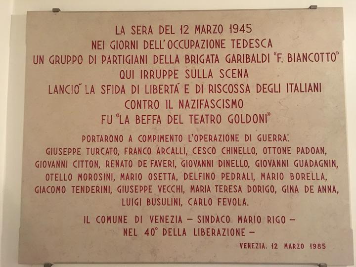 Venezia, Lapide in ricordo della beffa del Goldoni all'interno del teatro
