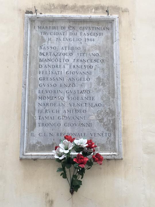 Calle dei Tredici Martiri. Lapide posta a ricordo degli antifascisti uccisi nel luglio del 1944