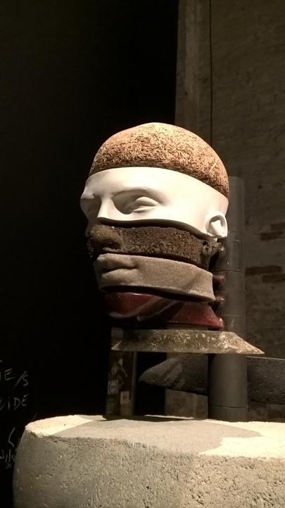 The Dig of No Body, nel Padiglione Dionisiaco all'Arsenale, di un artista che invita il visitatore a toccare, ad interagire.