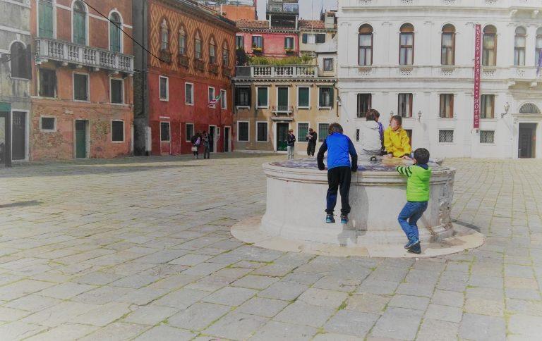 Bambini che giocano presso un pozzo a Campo Santa Maria Formosa