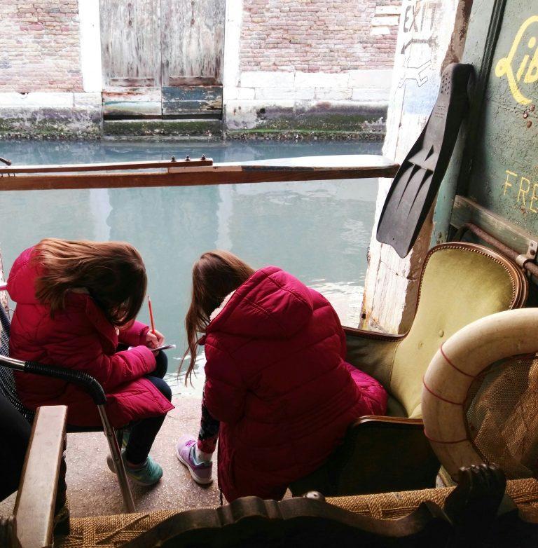 Bambini durante la visita guidata mentre disegnano
