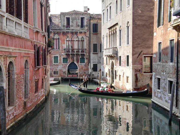 Gondole tournant dans un canal