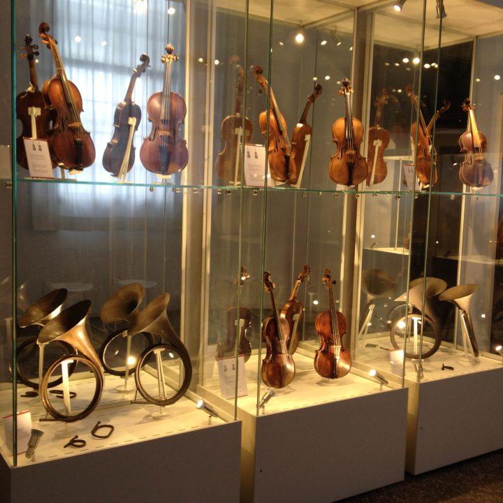 Violini e corni in ottone, duplicati dallo specchio di fondo