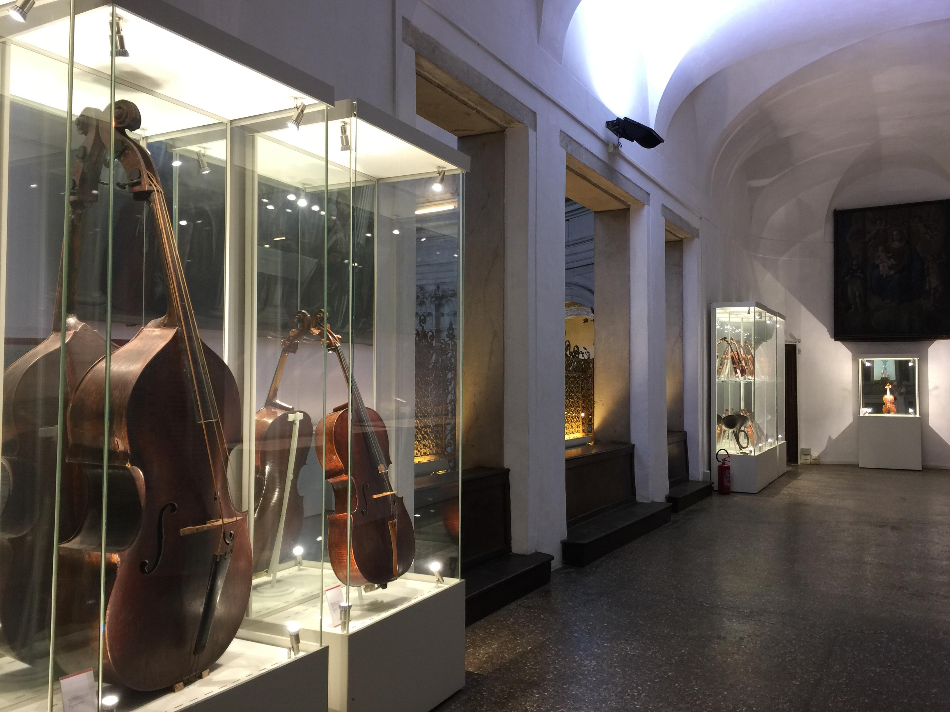 Aperçu de la zone contenant les instruments de musique ; au premier plan une belle contrebasse avec des cordes en boyaux