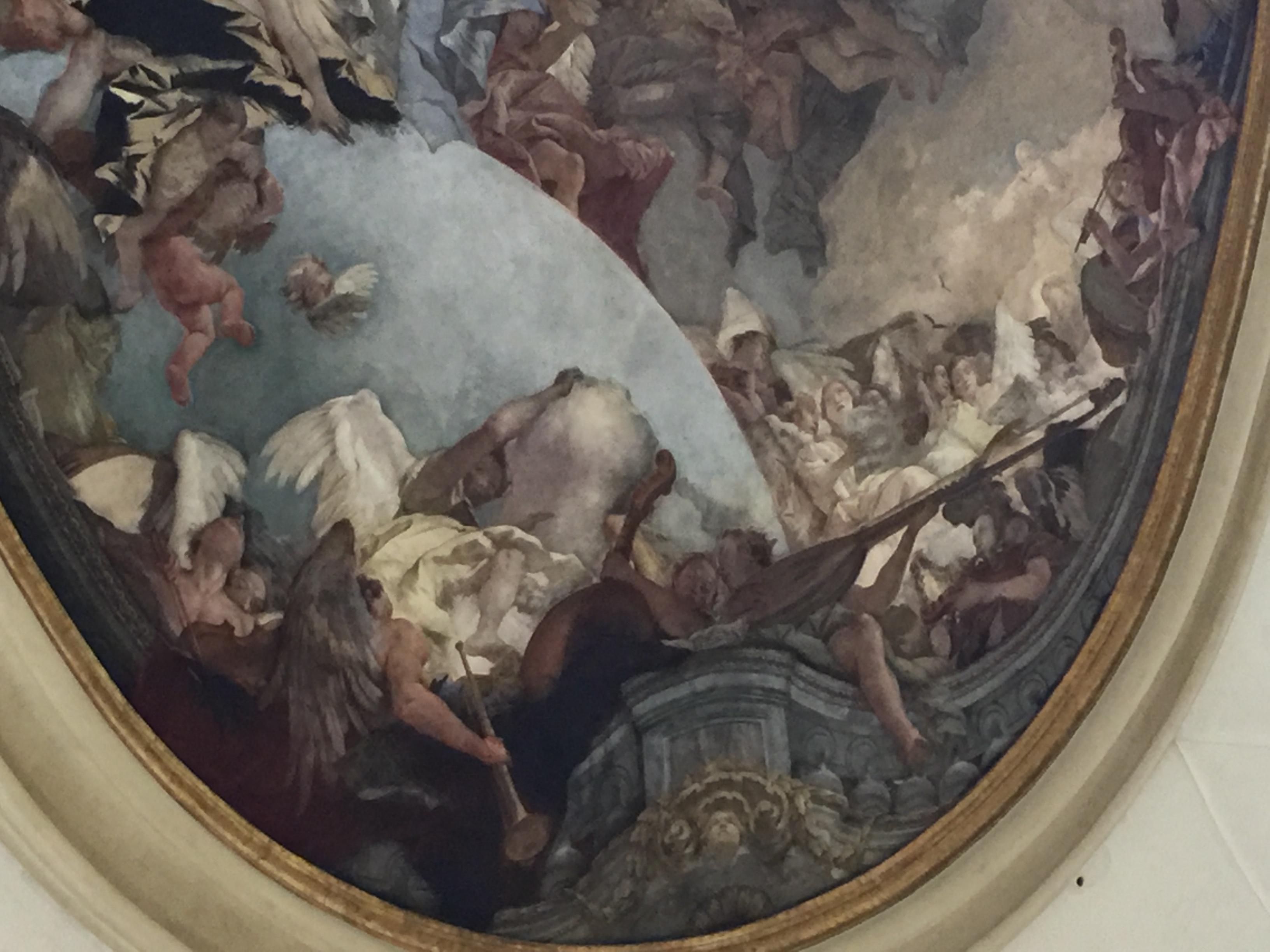 Détail du plafond avec une contrebasse au premier plan entre une trompette et un luth à manche long
