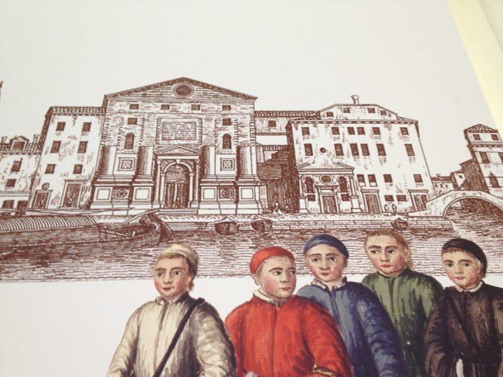 A destra della facciata non ancora terminata della Chiesa, l'edificio precedente all'attuale Hotel Metropole; a sinistra della porta d'entrata l'antico piccolo oratorio; in primo piano i ragazzi dei diversi ospizi-conservatori veneziani tra cui quello della Pietà vestito di rosso