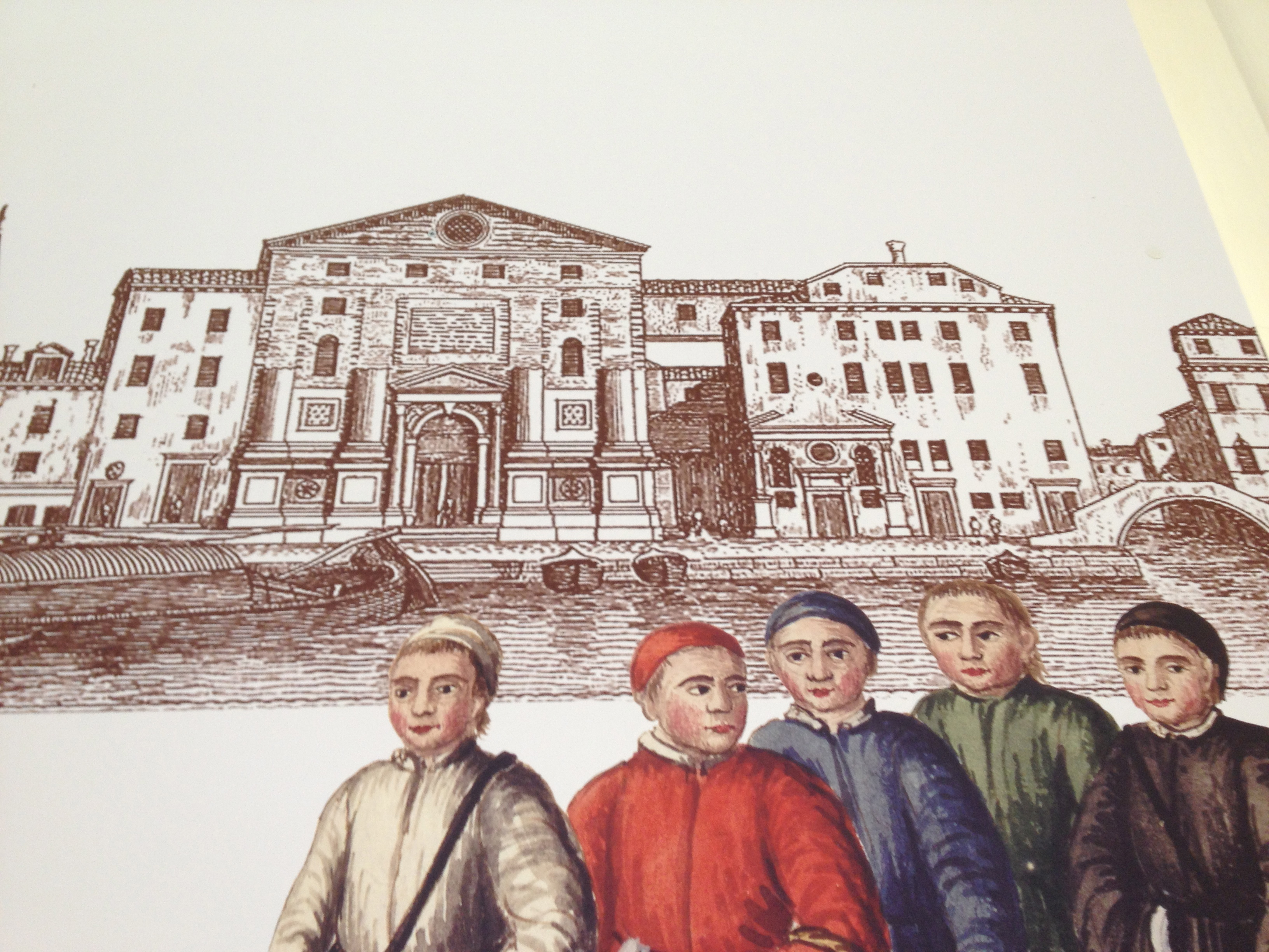 À droite de la façade encore inachevée de l'église, l'ancien bâtiment précédent celui de l'hôtel Metropole actuel ; à gauche de la porte d'entrée – quand on la regarde - l'ancien petit oratoire ; au premier plan les jeunes des différents hospices- conservatoires vénitiens dont celui de la Pietà habillé en rouge