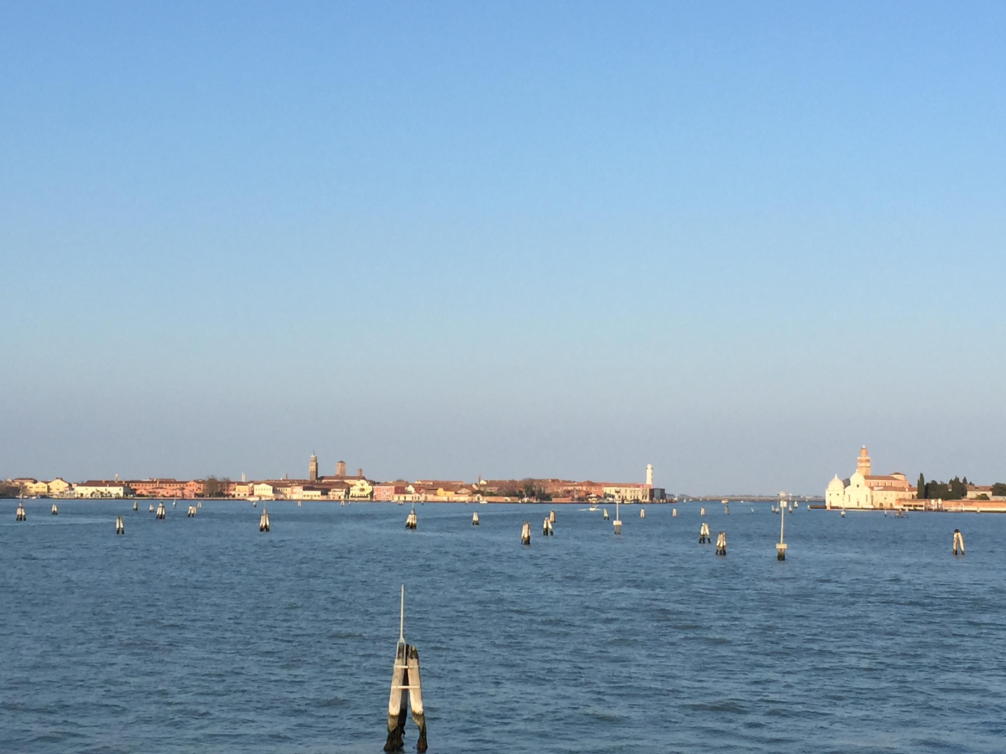 : en face Murano et à droite la petite église de l'île de S. Michele