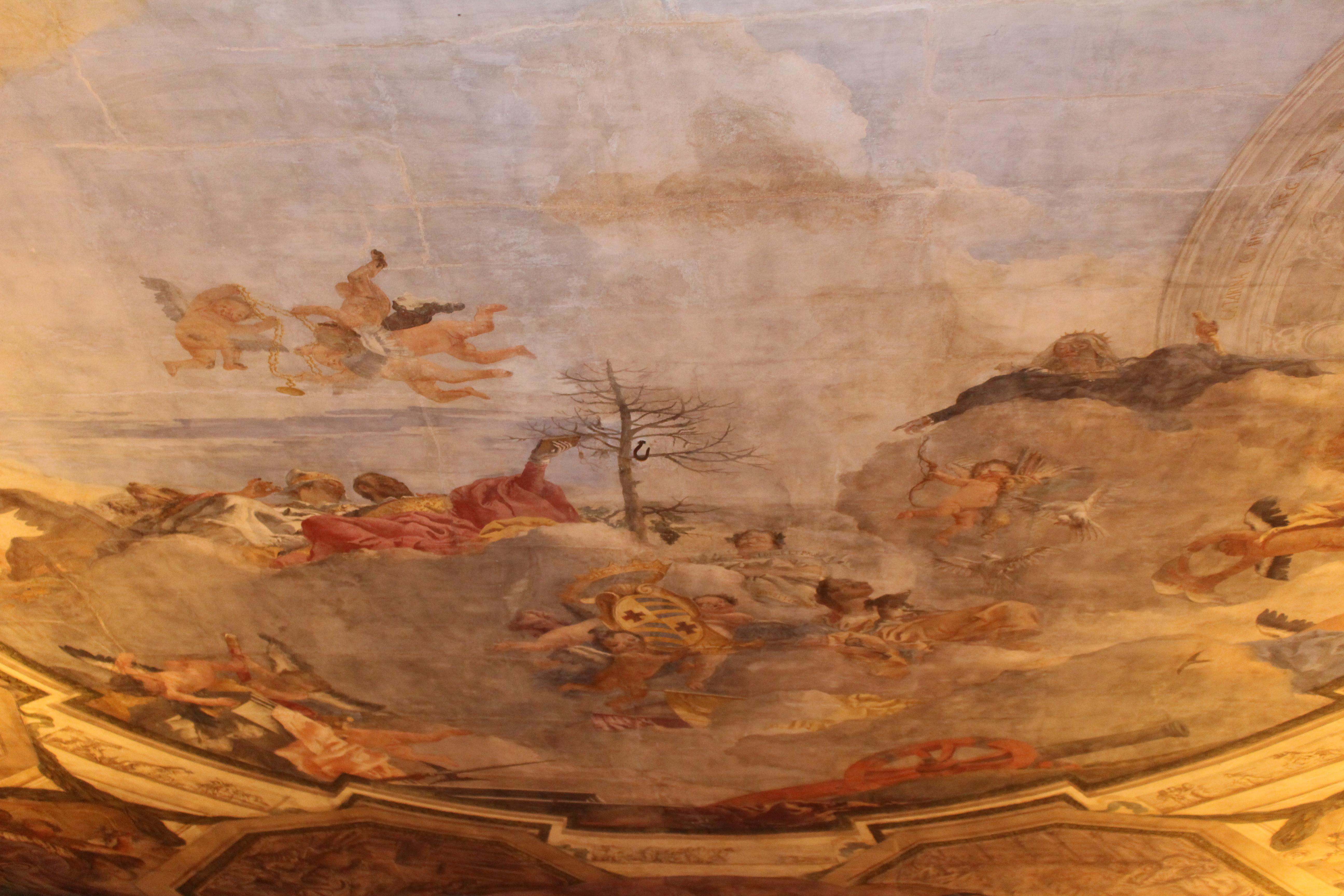 partie centrale de la fresque du plafond avec le blason des Contarini enrichi par la couronne (pour la nomination de Comte de Giaffa, c'est-à-dire Zaffo, en Palestine, attribuée par Caterina Cornaro, Reine de Chypre, à Giorgio Contarini en 1473). Le titre a fait Contarini le premier dignitaire de l'île, mais après la conquête turque, le titre est resté seulement honorifique, bien que très convoité