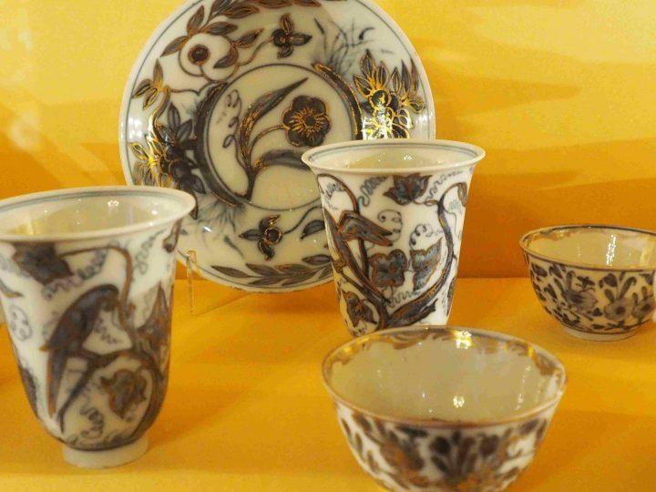 Tassen mit Weinblättern und Papageien dunkel blau mit Gold überzogen