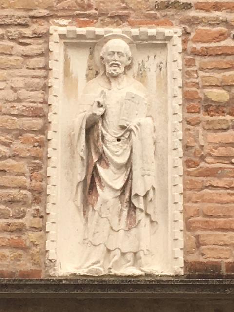 Рельеф на фасаде с изображением благословяющего св. Николая.