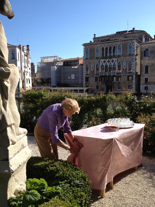 Venezia, Palazzo Malipiero Barnabò, Anna mentre sistema le pieghe della tovaglia