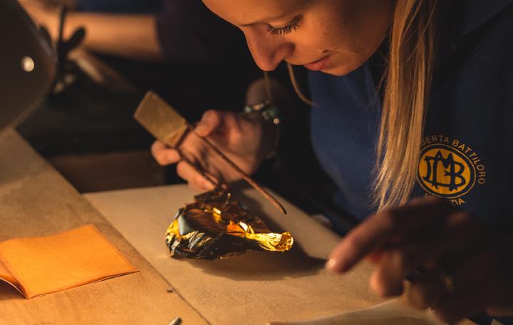 Le tagliaoro preparano i libretti di foglie d'oro, Venezia