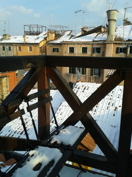 A Venezia l'altana di Martina coperta di neve