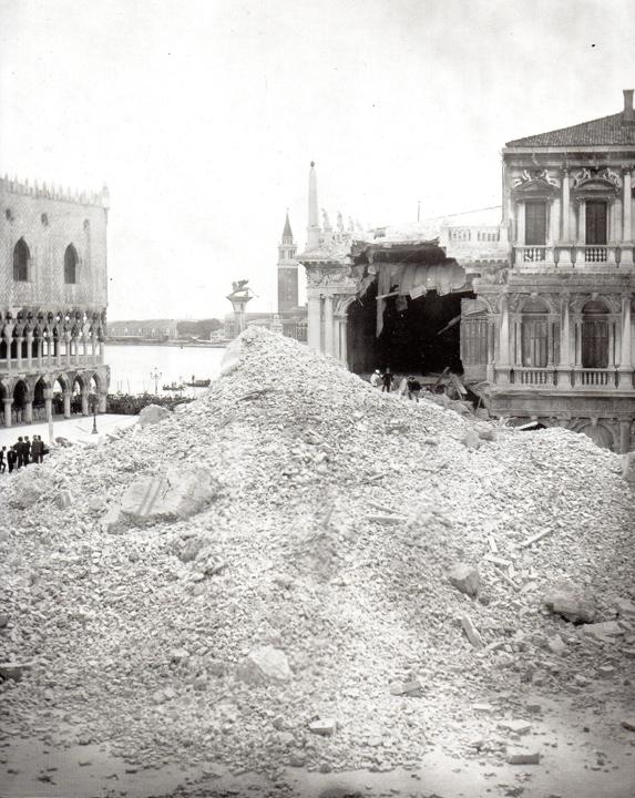 Piazza San Marco e le macerie dopo il crollo del campanile