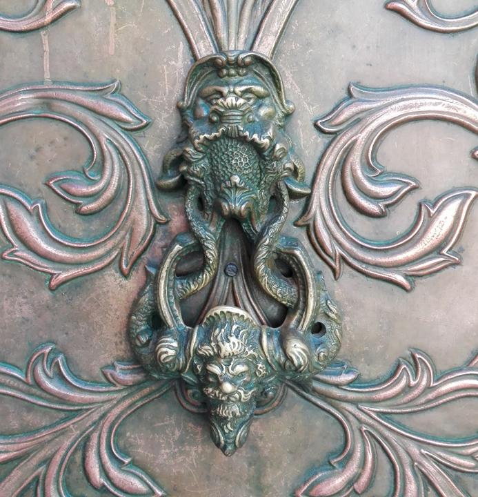 Batacchio su una porta a Venezia
