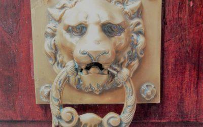 Lode alle porte di Venezia: campanelli, maniglie e batacchi
