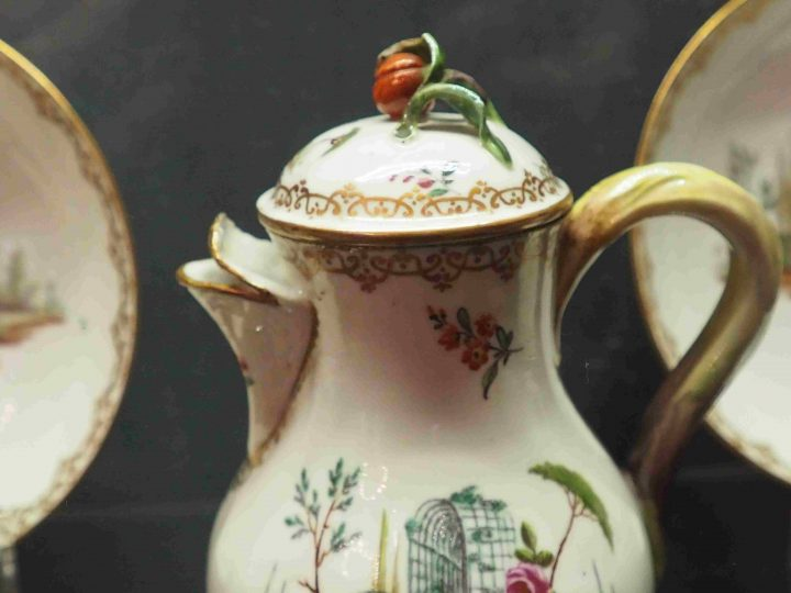 coffee pot with violet flower Villas and Bersò theme