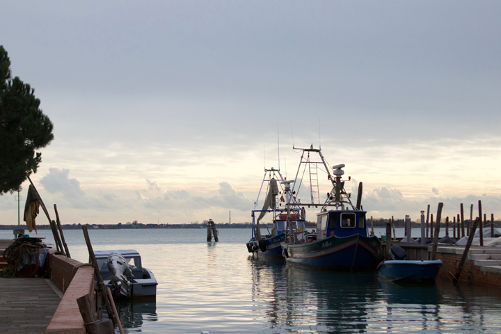 alcuni pescherecci nella darsena dell'isola di Burano