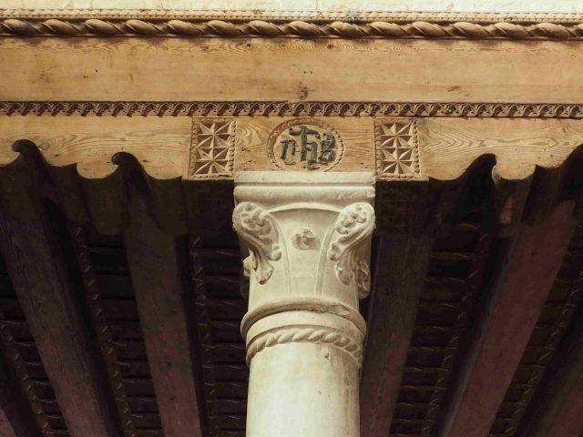 Dettaglio di un capitello a becco di civetta. Interno chiesa di Santa Caterina di Mazzorbo