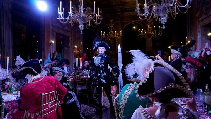 Il ballo in maschera, Mascheranda, Credit: Tragicomica