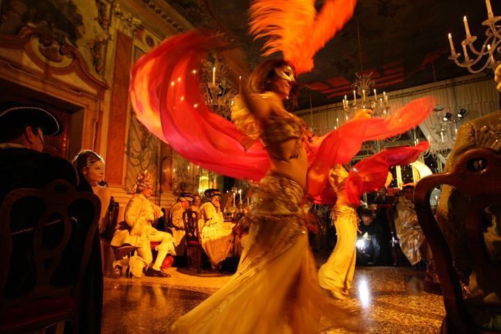 Un momento del ballo Mascheranda all'interno di Palazzo Pisani Moretta