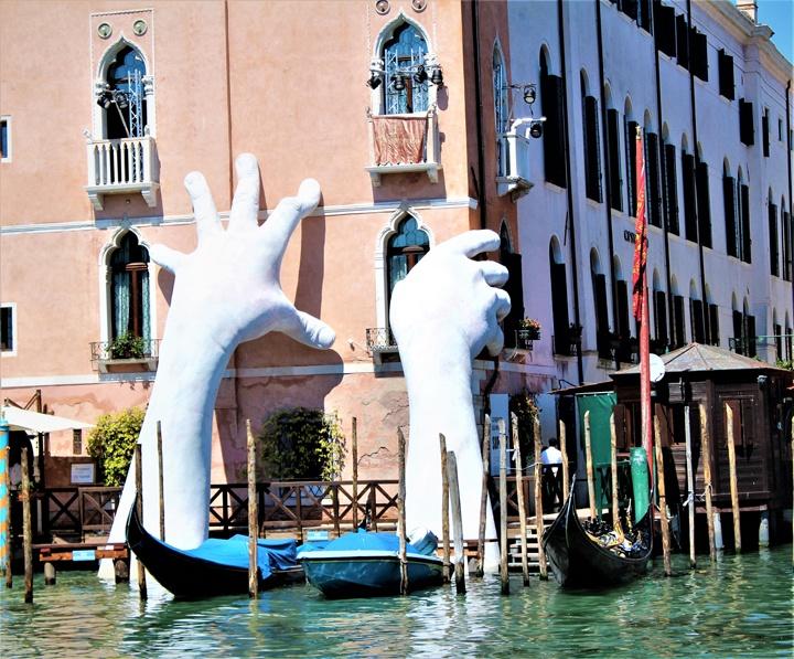 Lorenzo Quinn, Support, Ca' Sagredo, Venezia