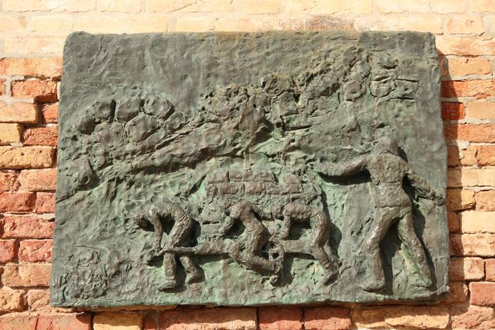 Arbit Blatas, Il Monumento dell'Olocausto, 1979, Venezia, dettaglio di uno dei bassorilievi