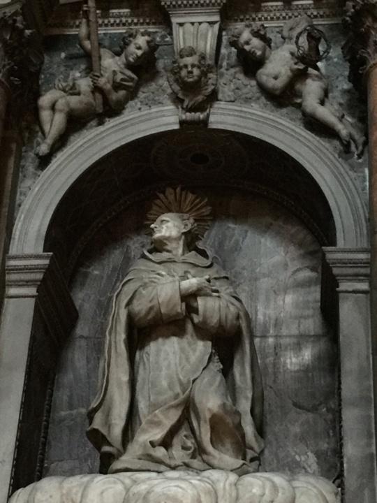 Statua di San Giovanni della Croce, in marmo di Carrara non ancora ripulito dalla polvere secolare; la parete di fondo della nicchia è in diaspro, un marmo molto prezioso; dettaglio della cappella a lui dedicata, Chiesa degli Scalzi, Venezia