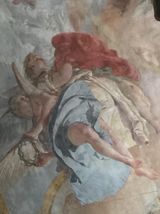 Angeli del Tiepolo con la corona di spine ed il mantello rosso di Gesù, dettaglio dell'affresco nella cappella del Crocefisso, Chiesa degli Scalzi, Venezia
