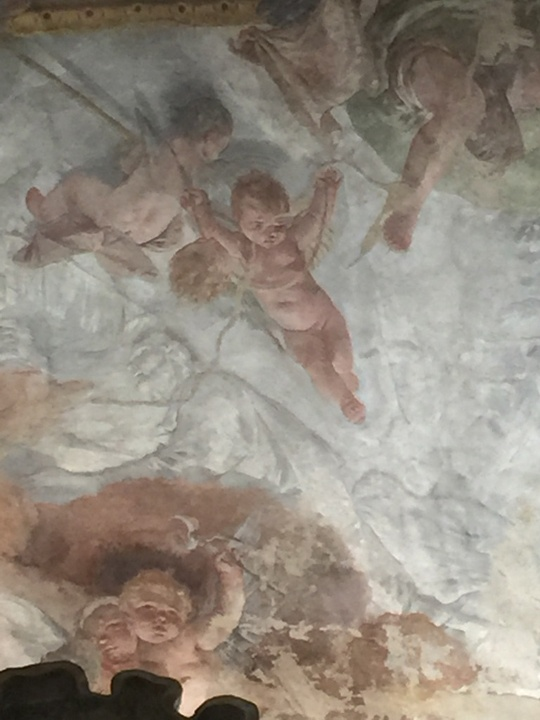 Altro dettaglio dell'affresco del Tiepolo; sotto angioletto con tenaglia, sopra angioletto con spugna e frusta, a sinistra angioletto con la lancia del centurione, in alto a destra il sudario, Chiesa degli Scalzi, Venezia