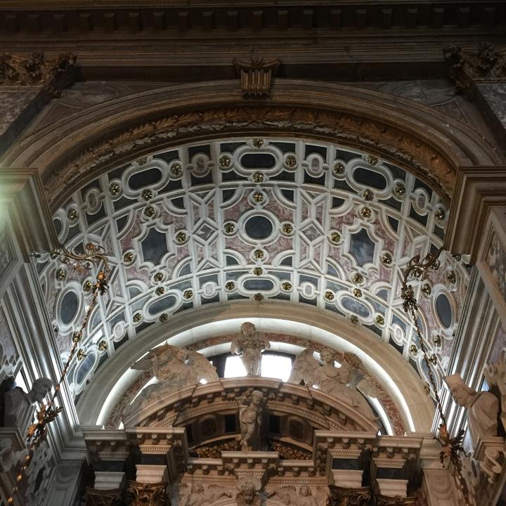 Volta della cappella di San Sebastiano con il contrasto tra i marmi bianco di Carrara, rosso di Francia, verde di Genova e nero del Belgio, Chiesa degli Scalzi, Venezia