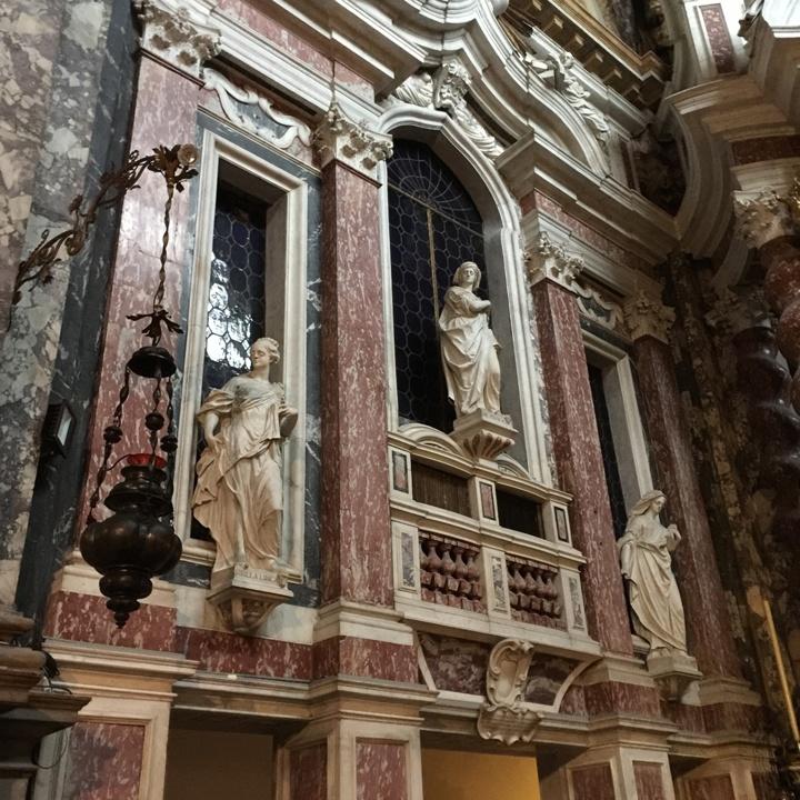 Lato sinistro del presbiterio con sibille in marmo di Carrara e rosso di Francia alle pareti, Chiesa degli Scalzi, Venezia
